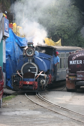 The little Darjeeling train comes by… and it's chaos !