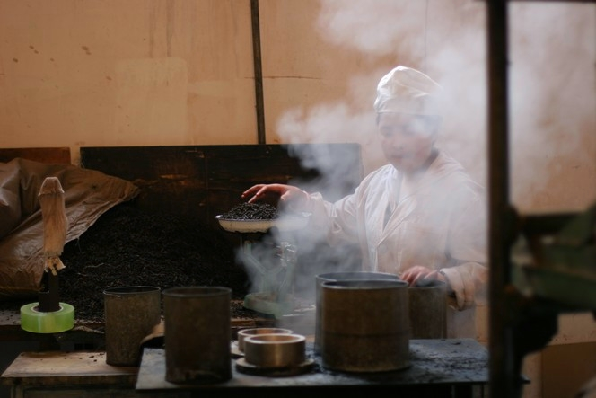 Pu Er tea cakes are steamed