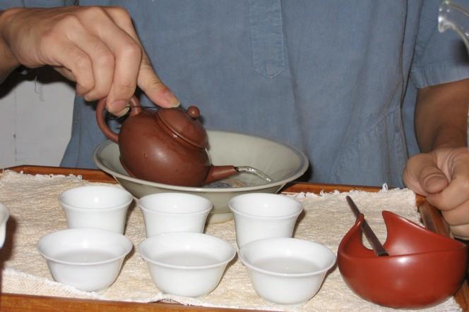 Preparing tea according to the Gong Fu method