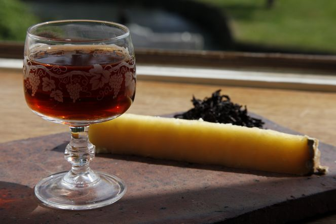 Tea and food pairing: Cantal Vieux and Bourgeon de Pu Er